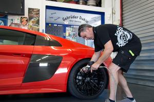 Reifenservice am Sportwagen Audi R8 in unserer Kfz Werkstatt Norderstedt