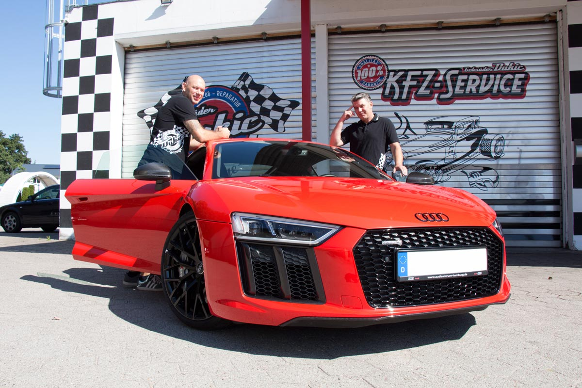 Die Gebrüder Dukic im Audi R8 vor Ihrer Garage